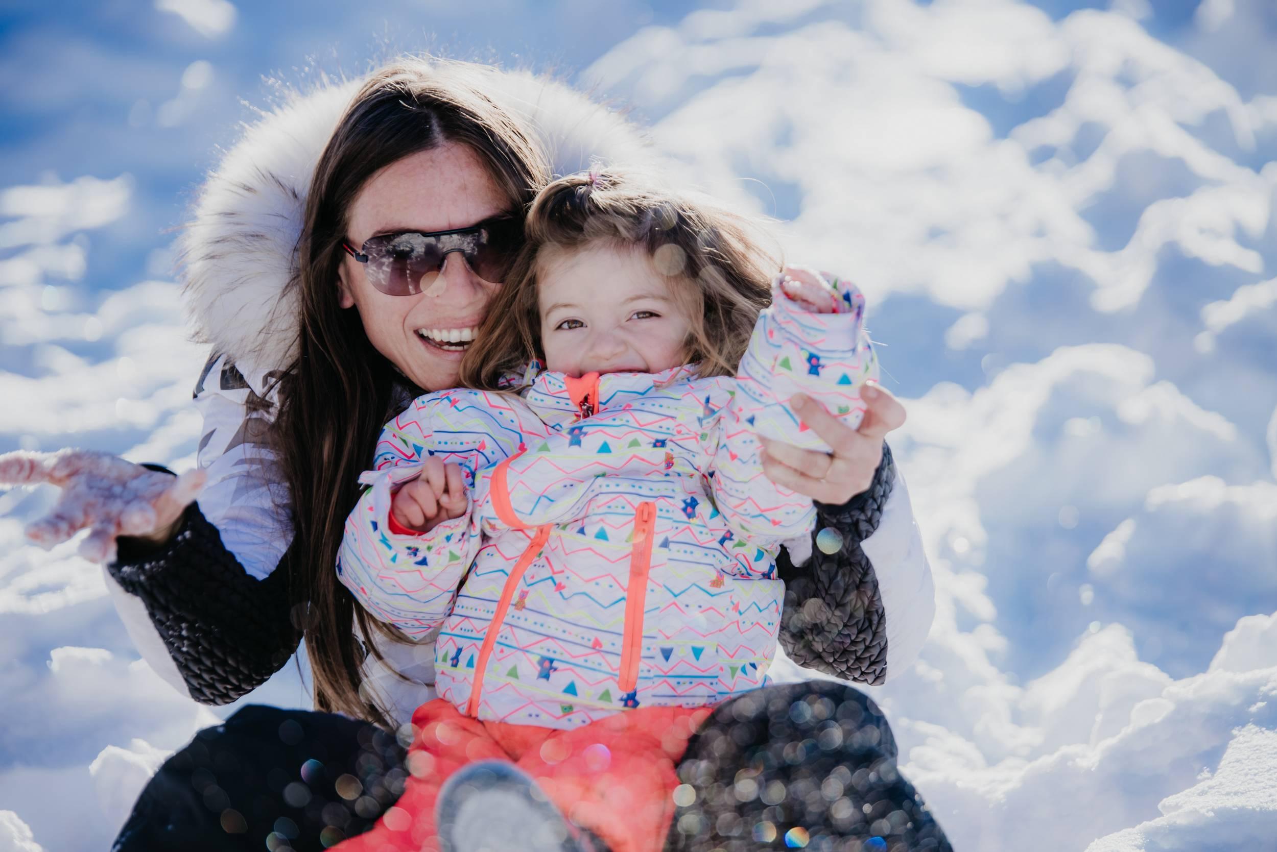 Luge en hiver familiale